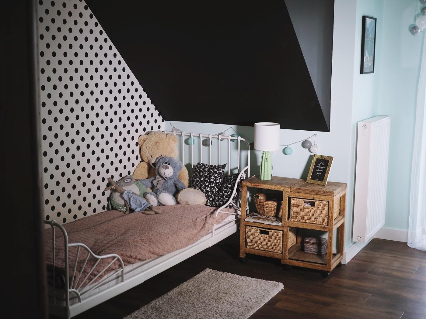 czarna ściana w pokoju dziecka