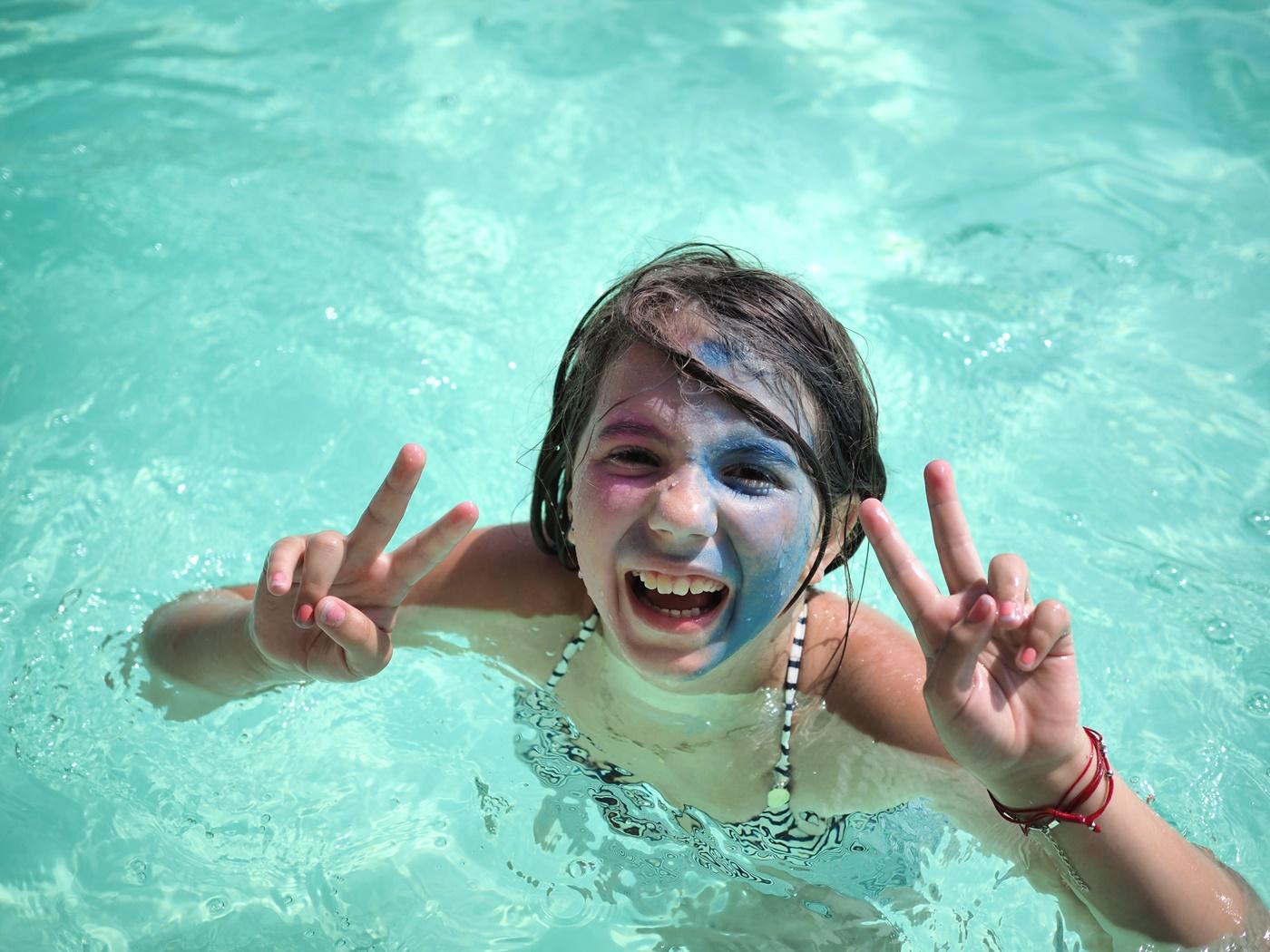 wakacyjne zabawy w basenie